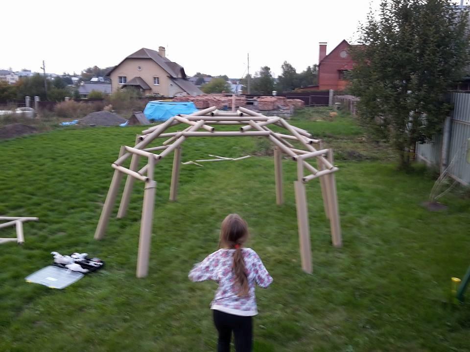 Детский игровой павильон из картонных втулок.